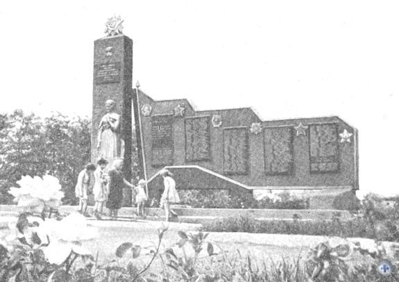 Памятник воинам-односельчанам и воинам-освободителям, погибшим в годы Великой Отечественной войны. Доля, 1974 г.