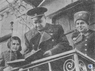 Маршал Советского Союза В. И. Чуйков на месте расположения бывшего штаба 62-й армии в селе Шолохове Никопольского района. 1975 г.