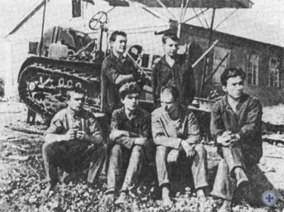 Первые коммунары у трактора, подаренного Новоалександровской коммуне В. И. Лениным. 20-е годы.