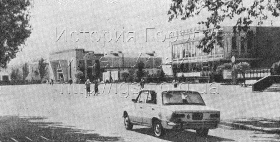 Центральная площадь в Томаковке. 1976 г.
