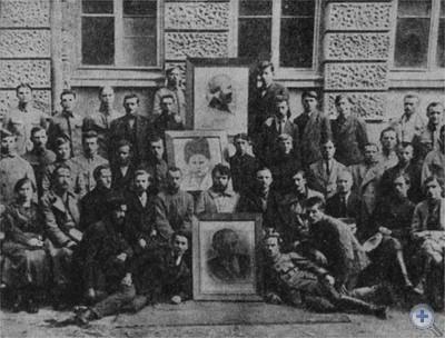 В. П. Затонский (в центре) среди галицийских коммунистов. 1920 г.