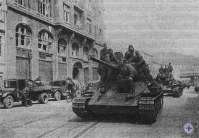 Советские танки на улицах Львова, освобожденного от немецко-фашистских захватчиков. Июль 1944 г.