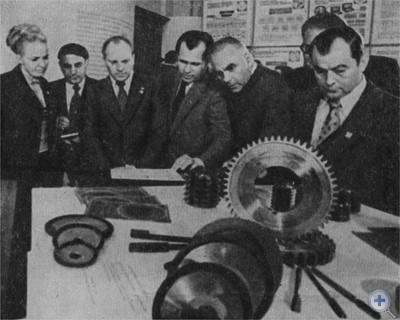 Участники всесоюзного семинара по качеству — представители Прибалтийских республик осматривают стенд Львовского мотозавода на выставке изделий, отмеченных Знаком качества. Львов, июнь 1976 г.