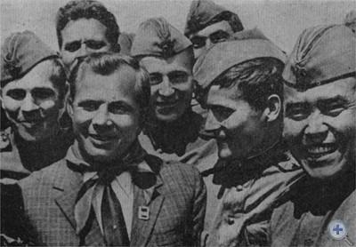 Первый советский космонавт Ю. А. Гагарин в гостях у воинов Прикарпатского военного округа. 1967 г.