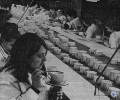 Одна из лучших комсомольско-молодежных бригад живописного цеха фарфорового завода. Борислав, 1976 г.