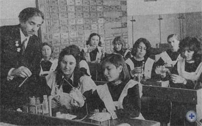Урок химии в средней школе № 10 проводит заслуженный учитель УССР А. И. Винницкий. Червоноград, 1976 г.