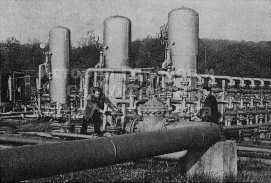 Кавалер ордена Октябрьской Революции оператор И. М. Ровенчин (слева) на установке низкотемпературной сепарации газа нефтепромысла районной службы. 1975 г.