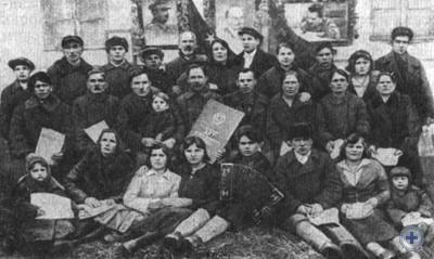 Группа колхозников с. Новопетровки с актом на вечное пользование землей. 1937 г.