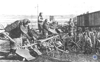 Подготовка плугов на Одесском заводе им. Октябрьской революции к отправке на село. 1946 г.