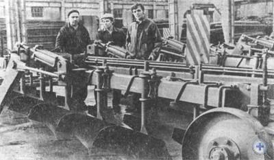 Почвообрабатывающий агрегат перед отправкой с Одесского завода им. Октябрьской революции. 1977 г.