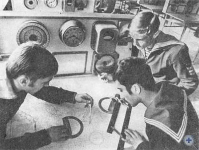 Будущие моряки — курсанты факультета судовождения Одесского Высшего инженерно-морского училища на практических занятиях. 1977 г.