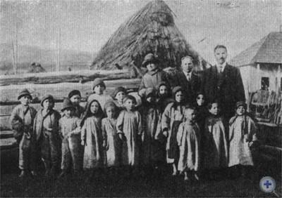 Депутат чехословацкого парламента Л. Ландова-Штыхова и И. Мондок среди детей Ростоки. 1928 г.