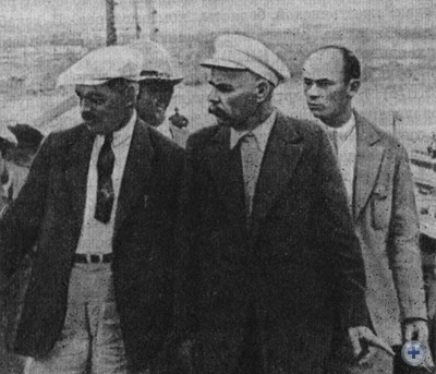 А. М. Горький на Днепрострое в сопровождении заместителя главного инженера строительства П. П. Роттерта (слева). Запорожье, 1928 г.