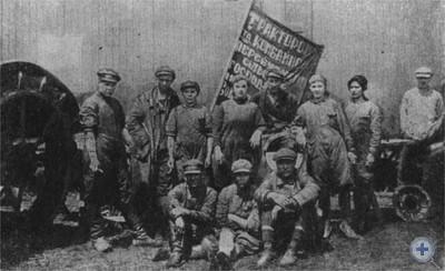 Тракторная бригада. Село Новобелики Ореховского района, 1930 г.