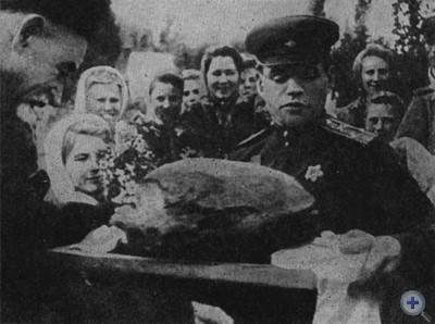 Жители Запорожья встречают воинов-освободителей. Октябрь, 1943 г.