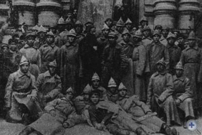 Группа комсомольцев Запорожья накануне отъезда в 1-й конный корпус Червонного казачества. Запорожье, 1922 г.