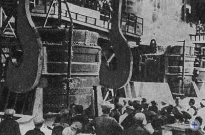 Митинг по случаю выпуска первого металла на заводе «Запорожсталь». Запорожье, 1933 г.